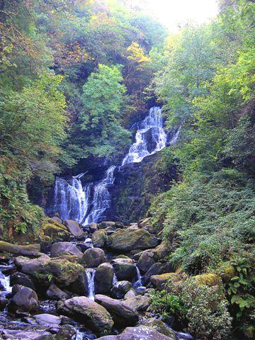 vodopad-v-nacianalnom-parke-kolco-kerri-irlandia