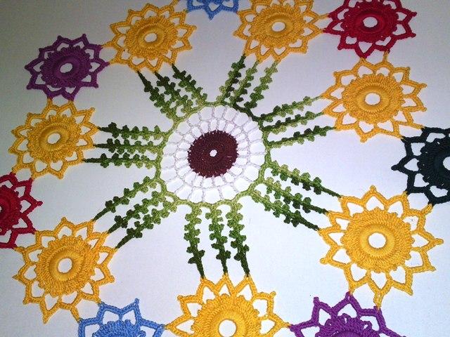 salfetka-kruchkom-iz-cvetochnih-fragmentov