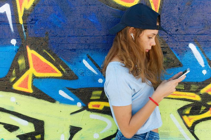 Дочь почти весь день проводит с мобильным или другими гаджетами